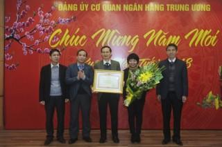 Đảng ủy cơ quan NHTW đón nhận Bằng khen của Thủ tướng Chính phủ