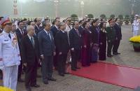Lãnh đạo Đảng, Nhà nước cùng đại biểu dự Đại hội XIII vào Lăng viếng Chủ tịch Hồ Chí Minh