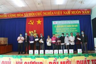 NHCSXH Quảng Ngãi trao quà Tết cho người nghèo