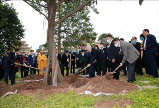 Tổng Bí thư, Chủ tịch nước Nguyễn Phú Trọng trồng cây tại Hoàng thành Thăng Long