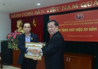 Trao tặng Huy hiệu 30 năm tuổi Đảng cho nguyên Phó Thống đốc Nguyễn Đồng Tiến