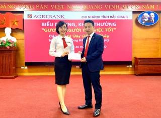 Agribank Bắc Giang khen thưởng nóng nhân viên giúp khách hàng thoát bẫy lừa gần 1 tỷ đồng