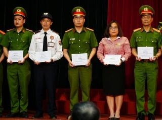 Bộ Công an khen thưởng hai nhân viên Techcombank kịp thời ngăn chặn vụ cướp ở chi nhánh Sóc Sơn