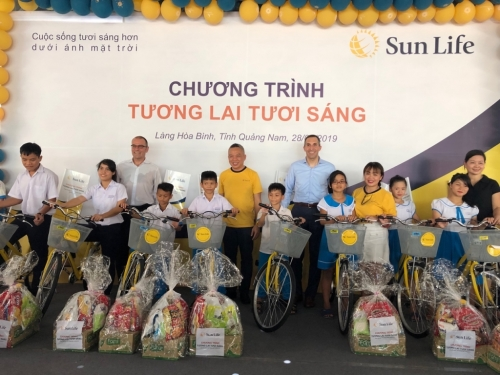 Sun Life Việt Nam trao xe đạp, quà tặng cho trẻ em Làng Hòa Bình, Quảng Nam