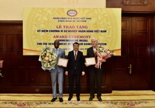 Trao tặng Kỷ niệm chương Vì sự nghiệp Ngân hàng Việt Nam cho Giám đốc Quốc gia WB và ADB