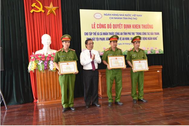 Trao tặng Bằng khen của Thống đốc NHNN cho các tập thể và cá nhân Công an tỉnh Phú Thọ