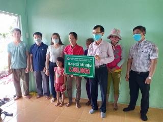 NHCSXH Quảng Ngãi trao sổ tiết kiệm cho hộ gia đình đặc biệt khó khăn