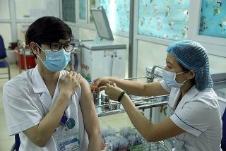 Cán bộ y tế trực tiếp tiêm vaccine phòng COVID-19 được hưởng phụ cấp đặc thù