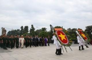 Phó Thủ tướng Thường trực dâng hương tưởng nhớ các anh hùng liệt sĩ