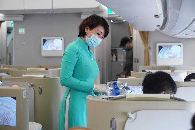 tu 18 vietnam airlines se phuc vu hanh khach them khan lau tay khang khuan
