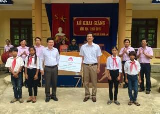 NHCSXH Quảng Bình tặng quà cho học sinh nhân dịp khai giảng