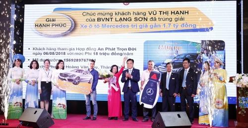 Bảo Việt trao xe Mercedes-Benz C200 cho khách hàng