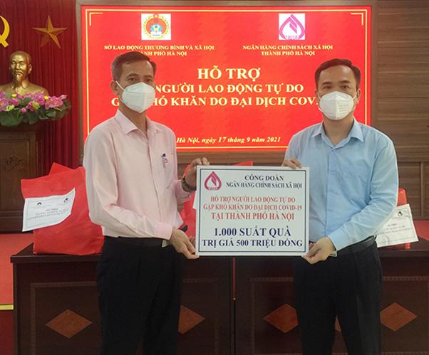 NHCSXH tặng 1.000 suất quà cho lao động tự do gặp khó khăn