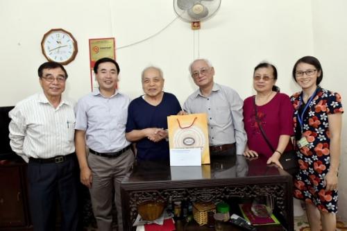 Công đoàn Cơ quan NHNN Trung ương thăm và tặng quà cán bộ hưu trí cao tuổi