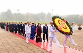 Lãnh đạo Đảng và Nhà nước, các đại biểu Quốc hội đặt vòng hoa viếng Chủ tịch Hồ Chí Minh