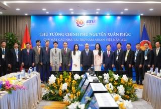 Thủ tướng gặp gỡ các nhà tài trợ Hội nghị Cấp cao ASEAN 37