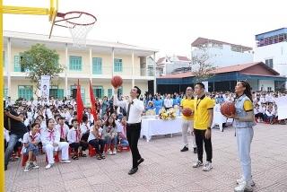 Sun Life trao tặng trụ bóng rổ và bóng rổ cho 51 trường học trên cả nước