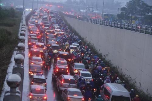 """Hà Nội: Giao thông """"thất thủ"""" trong tiết trời mưa rét"""