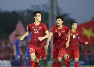 Hòa kịch tính Thái Lan, Việt Nam vào bán kết với thành tích bất bại vòng bảng