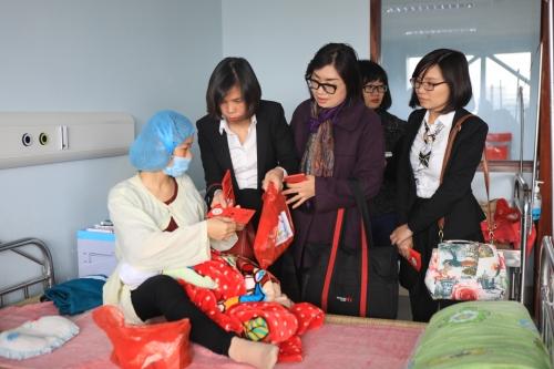 Tập đoàn GFS thăm và tặng quà cho các bệnh nhi