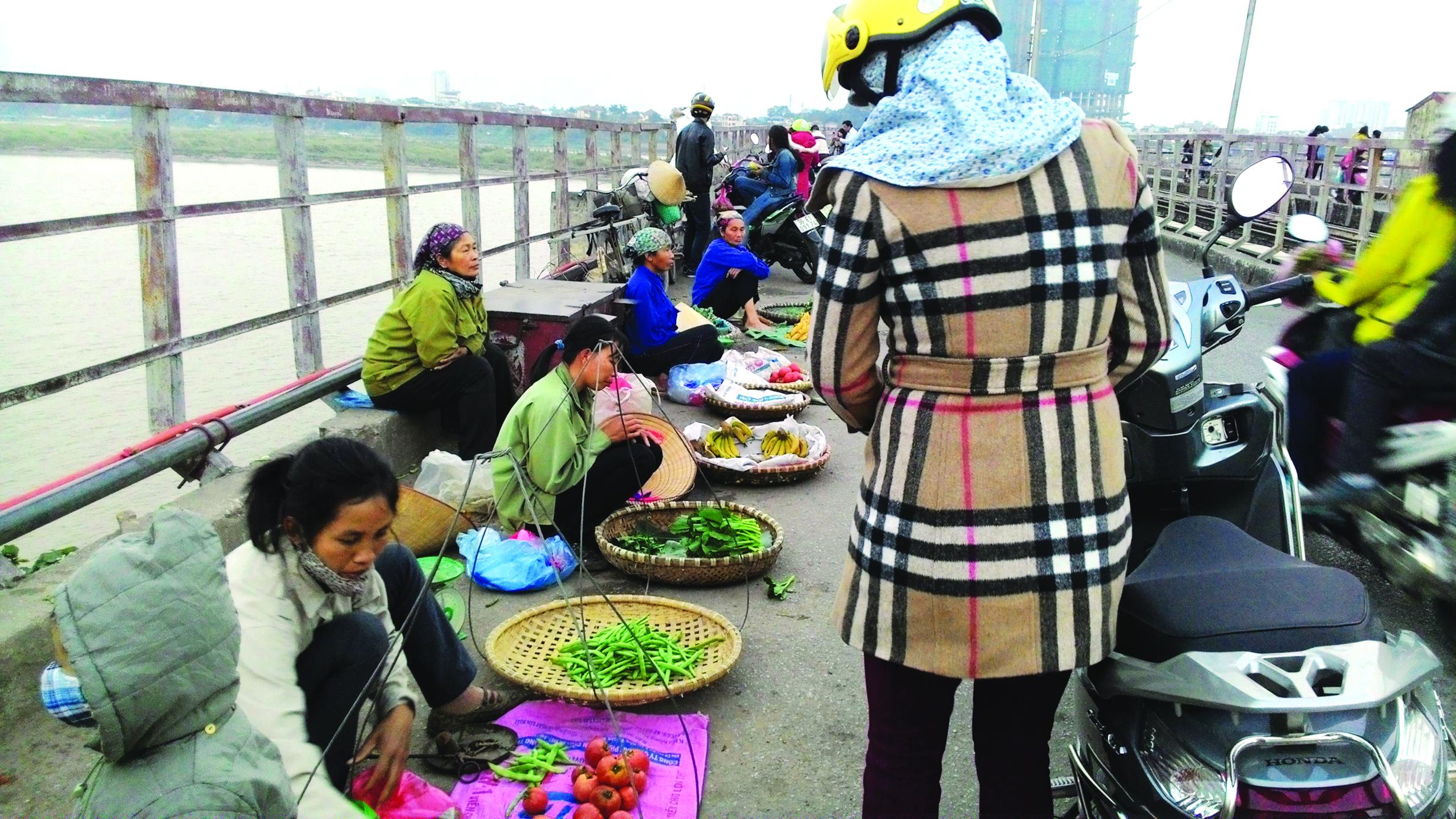 Năm trật tự văn minh đô thị: Hà Nội bất lực với hàng quán nhếch nhác