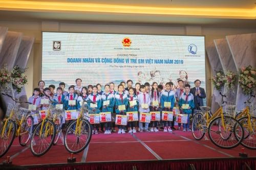 Hiệp hội DNNVV dâng hương tại đền Hùng và ủng hộ trẻ em khó khăn