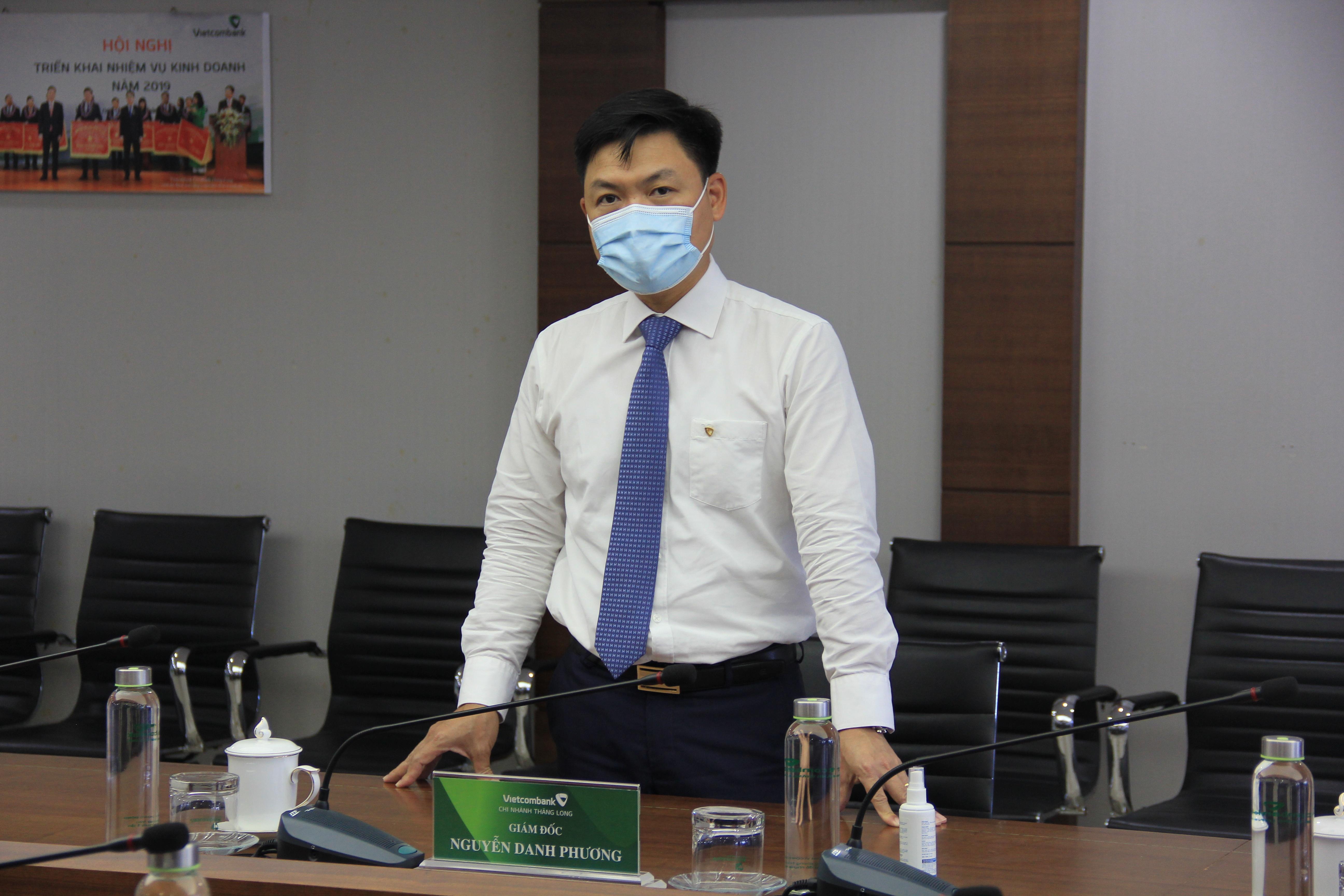 vietcombank trao thuong 500 trieu dong cho khach hang may man