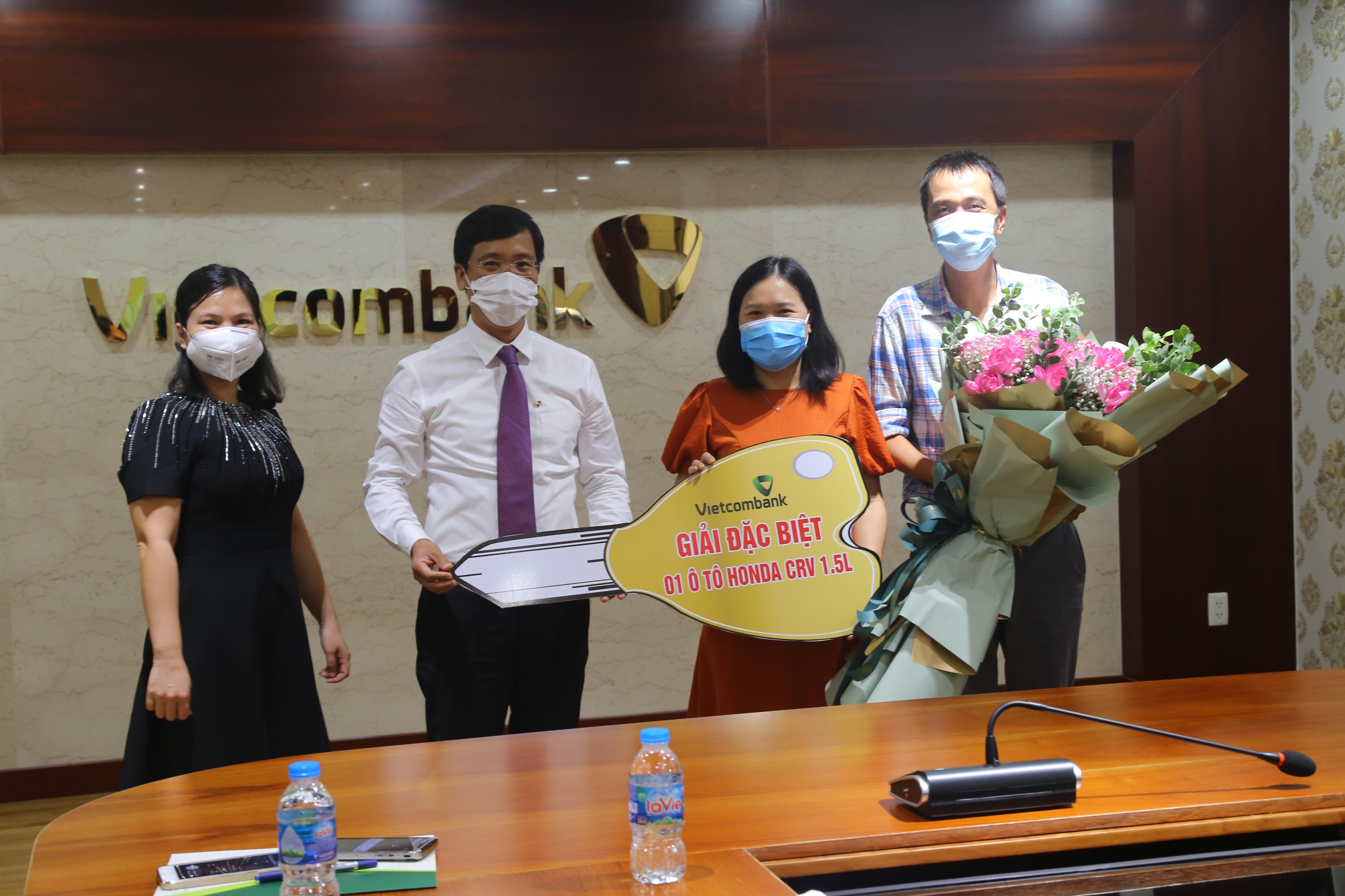 vietcombank ky dong trao thuong chuong trinh qua tung bung mung sinh nhat lon
