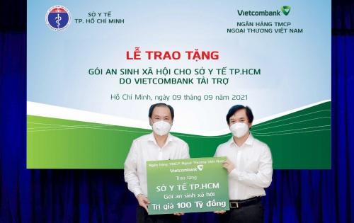 vietcombank trao tang goi an sinh xa hoi 100 ty dong cho tp ho chi minh