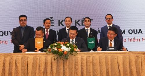 Vietcombank ký hợp đồng độc quyền 15 năm phân phối bảo hiểm với FWD
