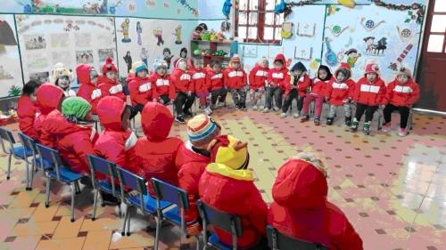 Tặng tất và áo ấm cho học sinh mầm non xã Lũng Pù