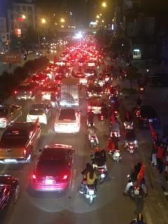 Người dân đổ ra đường mừng chiến thắng của đội tuyển Việt Nam