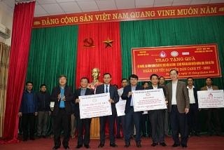 Công đoàn Ngân hàng Việt Nam thăm và tặng quà hộ nghèo huyện Hương Sơn