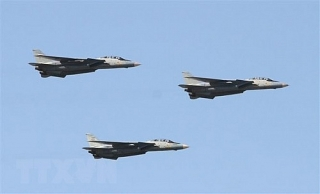 Máy bay quân sự bay đầy trời Baghdad sau vụ Iran tấn công Mỹ