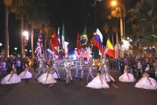 Du khách phấn khích với Lễ hội Carnival đường phố DIFF 2019