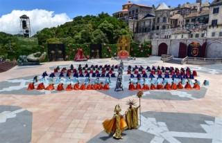"""Từ """"Vũ hội Ánh Dương"""", ngẫm về du lịch lễ hội tại Việt Nam"""
