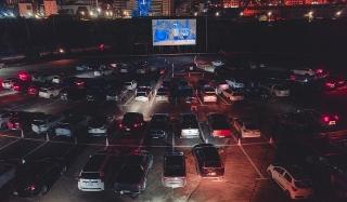 Rạp chiếu phim dành cho người trên ô tô đầu tiên tại Việt Nam giảm giá vé chỉ còn 50.000 đồng