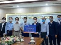 Sacombank trao tặng Sở Ytế tỉnh Phú Thọ 400.000 bộ kit xét nghiệm nhanh Covid-19
