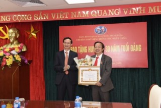 Trao tặng Huy hiệu 30 năm tuổi Đảng cho đảng viên Phạm Xuân Hòe