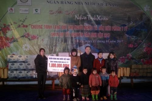 NHNN trao hơn 1000 suất quà Tết cho đồng bào và chiến sỹ huyện Bát Xát
