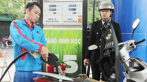 Giữ nguyên giá xăng E5, tăng giá dầu từ 15h hôm nay (4/1)