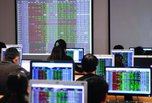 HoSE giao dịch trở lại: Nhiều cổ phiếu ngân hàng tăng trần