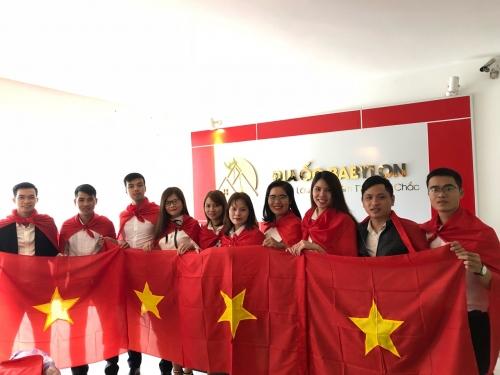 Công ty Địa ốc Babylon tặng cờ cho cổ động viên cổ vũ U23 Việt Nam