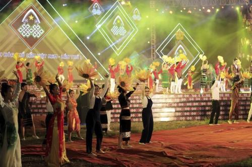 Thủ tướng tham dự Lễ hội Văn hóa Thổ cẩm Việt Nam lần thứ nhất