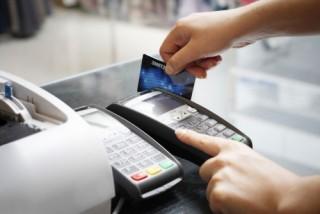 """NHNN cảnh báo """"quẹt thẻ khống"""" rút tiền mặt"""