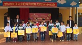 Phú Thọ: Tặng quà cho giáo viên, học sinh có hoàn cảnh đặc biệt khó khăn