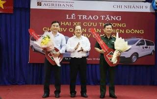 Agribank Chi nhánh 9 trao tặng 2 xe cứu thương cho bệnh viện