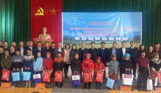 Công đoàn Ngân hàng Việt Nam trao tặng quà Tết cho huyện Bát Xát