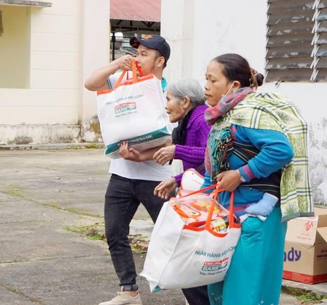 kienlongbank trao tang 8450 phan qua tet cho ba con kho khan