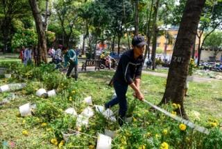 Khi người bán tự phá nát hoa